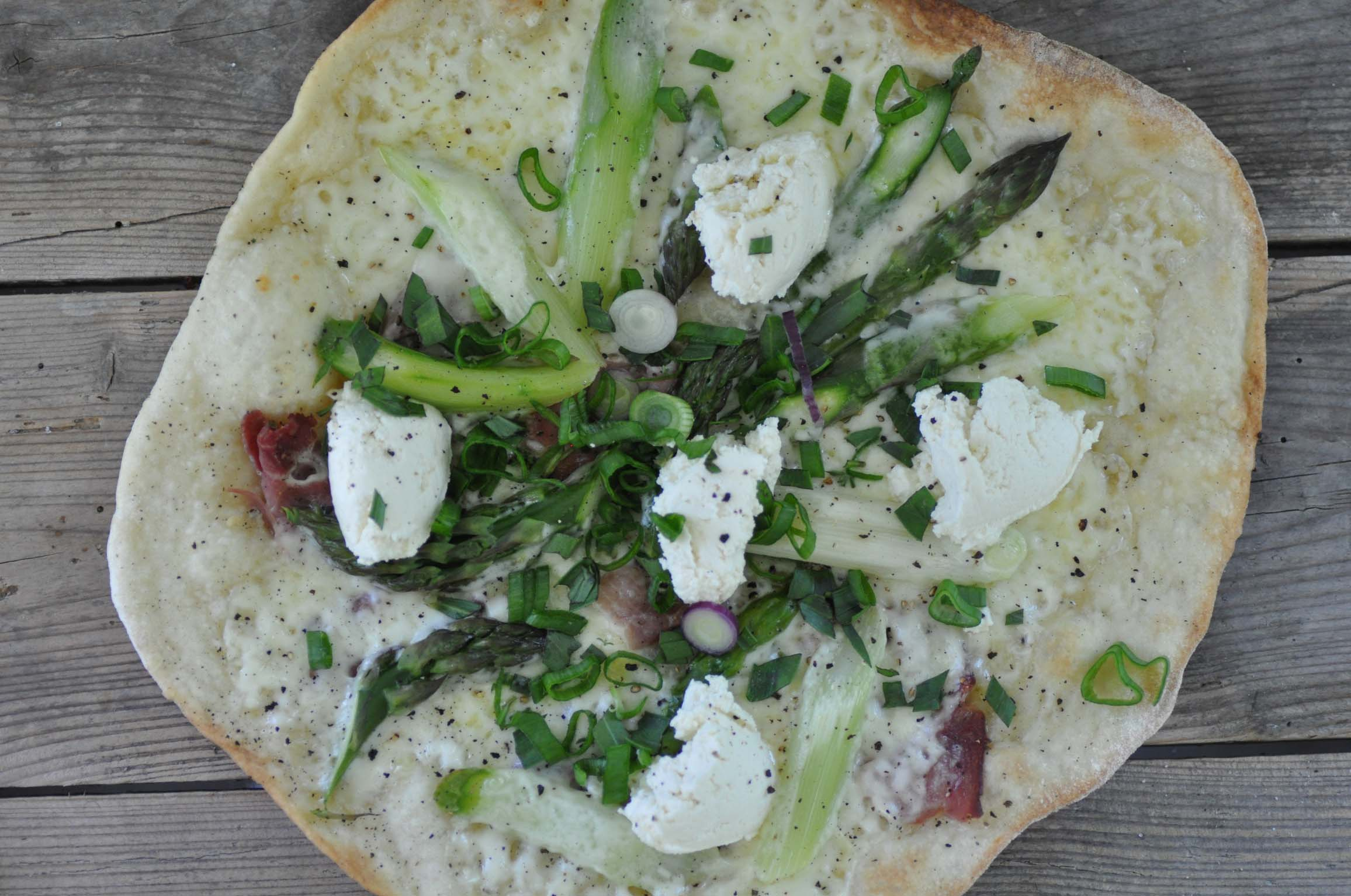 green asparagus pizza with ricotta_bearbeitet-1
