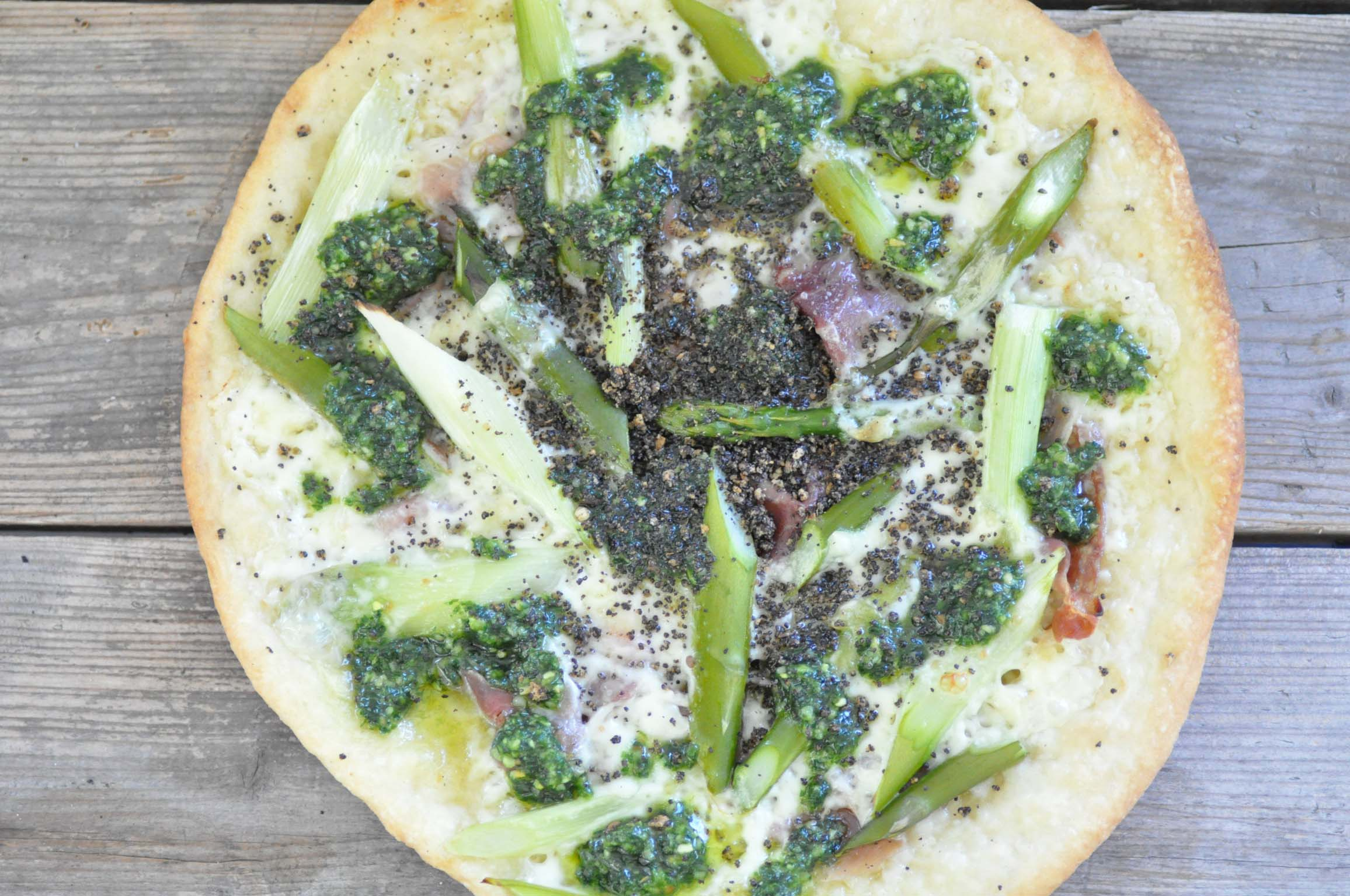 green asparagus pizza with salami_bearbeitet-1